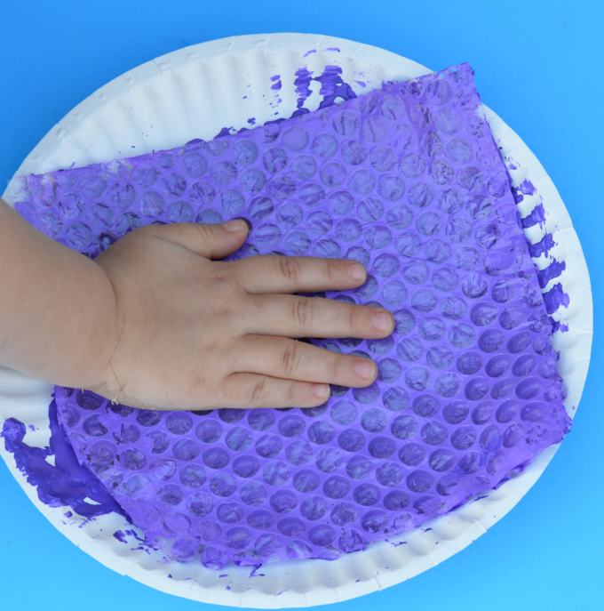 Fun springtime bubble wrap craft for kids.