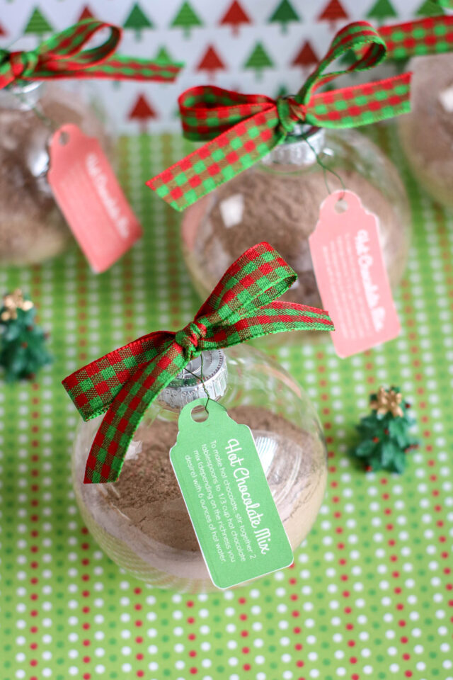 Looking for a simple ornament idea? Want a last-minute gift idea? This Hot Cocoa Mix Ornament is a fun way to make ornaments for the tree. Make extras and have your holiday guests take one home with them. These work as a fun DIY gift idea as well.