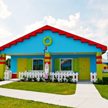 Planning your next Florida vacation? There is an awesome new place to stay when you visit Central Florida! You'll have endless fun at LEGOLAND Beach Retreat now open at the LEGOLAND Florida Resort.