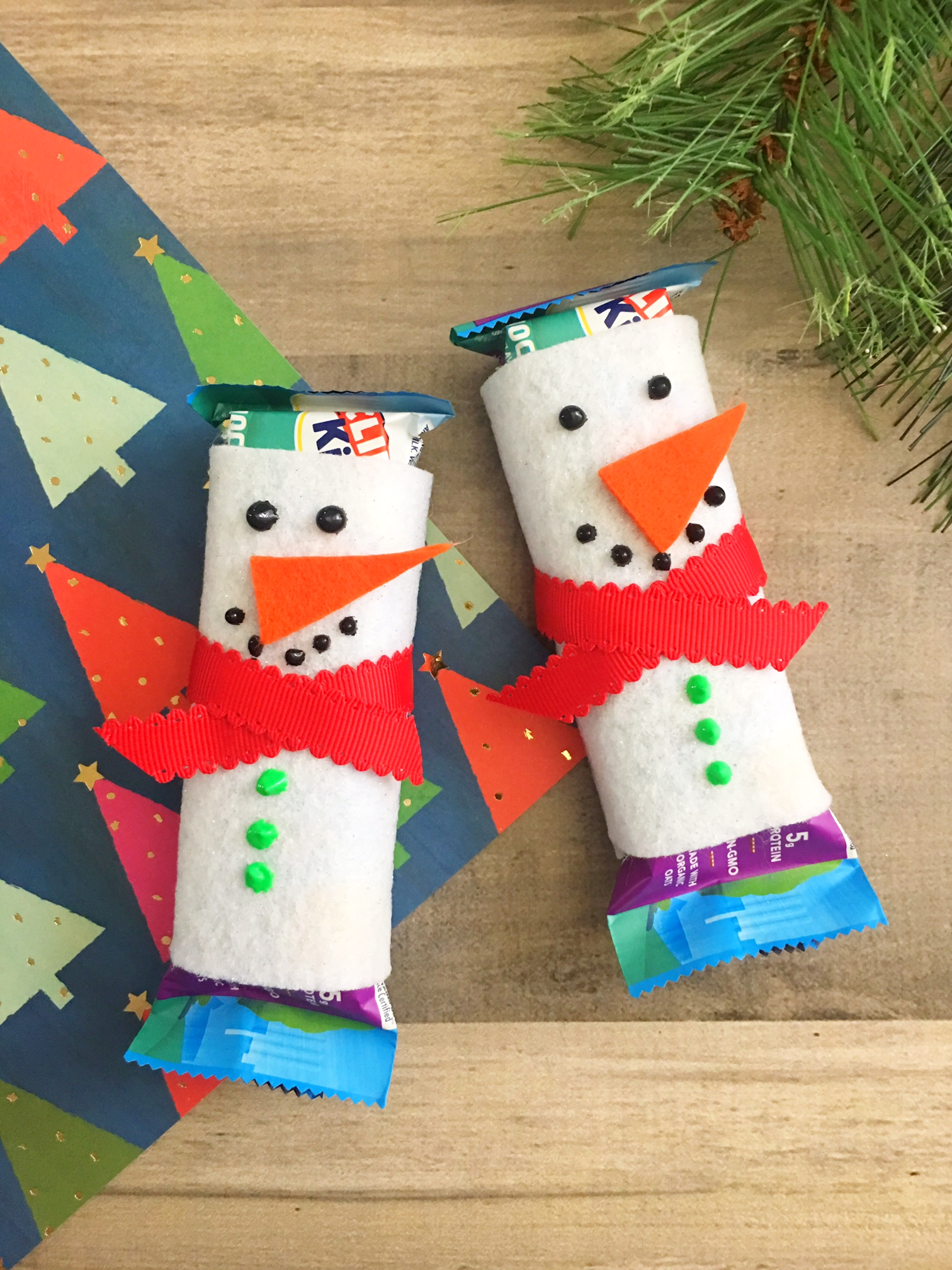 Looking for a cute way to give a stocking stuffer type present or a school treat? These Snowman Granola Bar covers are so simple to make.