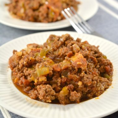 With this keto chili recipe, you will not miss anything that would be in a traditional chili recipe, and better yet, it features bacon. I mean, BACON. This keto chili recipe is going to become a family loved favorite and a true comfort food.