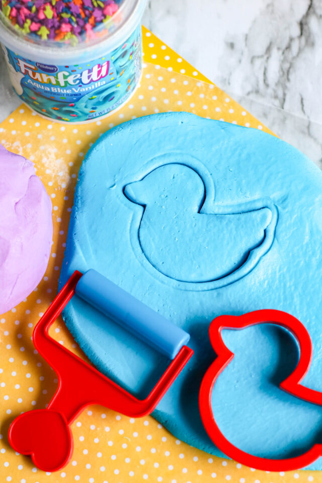 Edible playdough is easy to make and kids will love it. Thanks to the bright colored frosting, you do not even need to add a lot of extra food coloring. Fun to play with, delicious to eat, this edible playdough is a treat to make. You only need 2 ingredients to make it!
