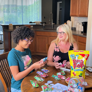 Celebrate the end of the school year with a fun graduation craft project. Make a sweet Ring Pop Class Ring with your kids plus a DIY graduation centerpiece.